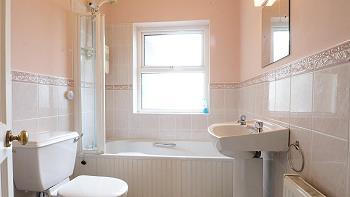 Deuxième salle de bains avec WC/baignoire (douche sur baignoire)